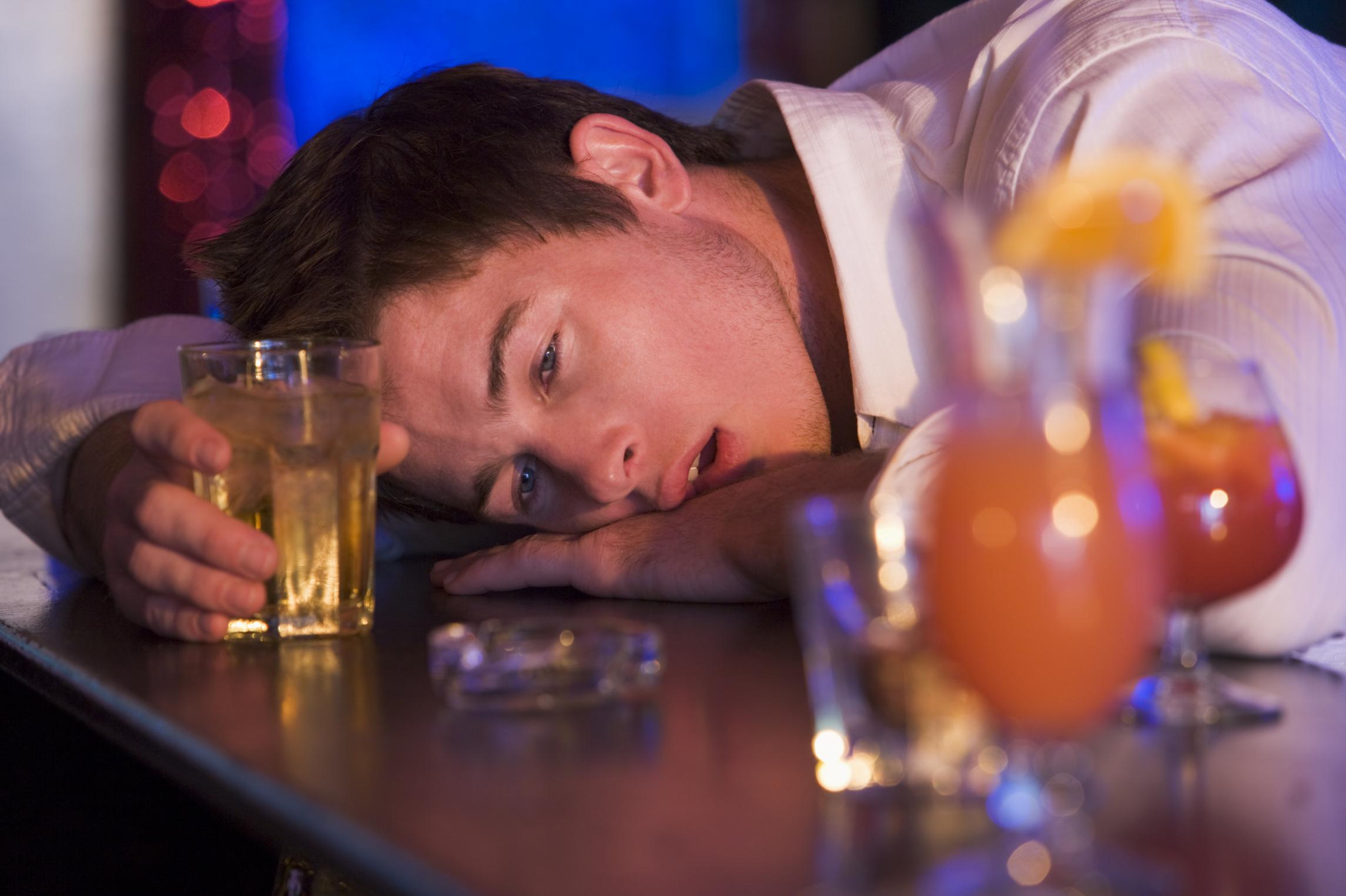 Алкоголизм у молодых парней