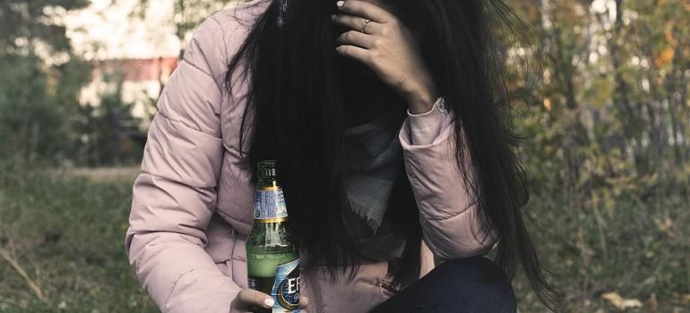 Ученые выявили связь между женским алкоголизмом и материнством