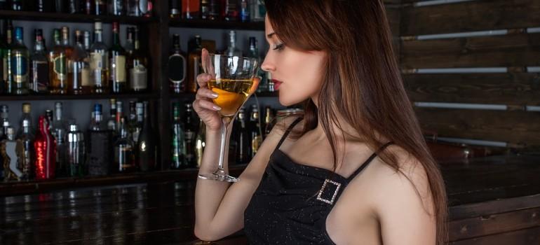 Чрезмерное потребление алкоголя у женщин усиливает ПМС