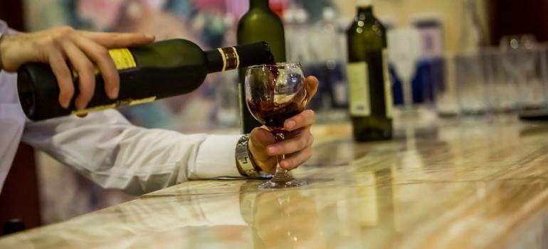 Образованные и обеспеченные пьют алкоголь больше, но правильней